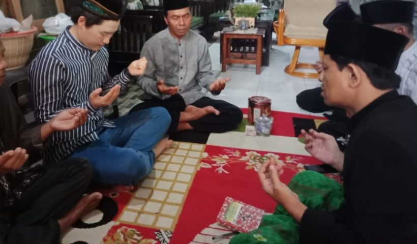 ketua pcnu trenggalek islamkan seorang warga negara Korea Selatan