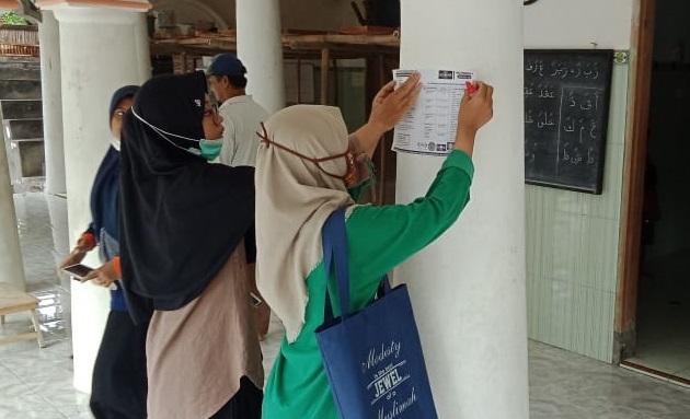 relawan ippnu fatayat muslimat nu tempelkan pamflet edukasi pencegahan penyebaran virus corona