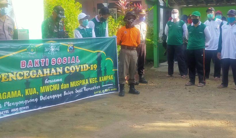 aksi sosial pencegahan covid-19 mwc nu kampak trenggalek dan forkopimka penyemprotan disinfektan dan pembagian masker