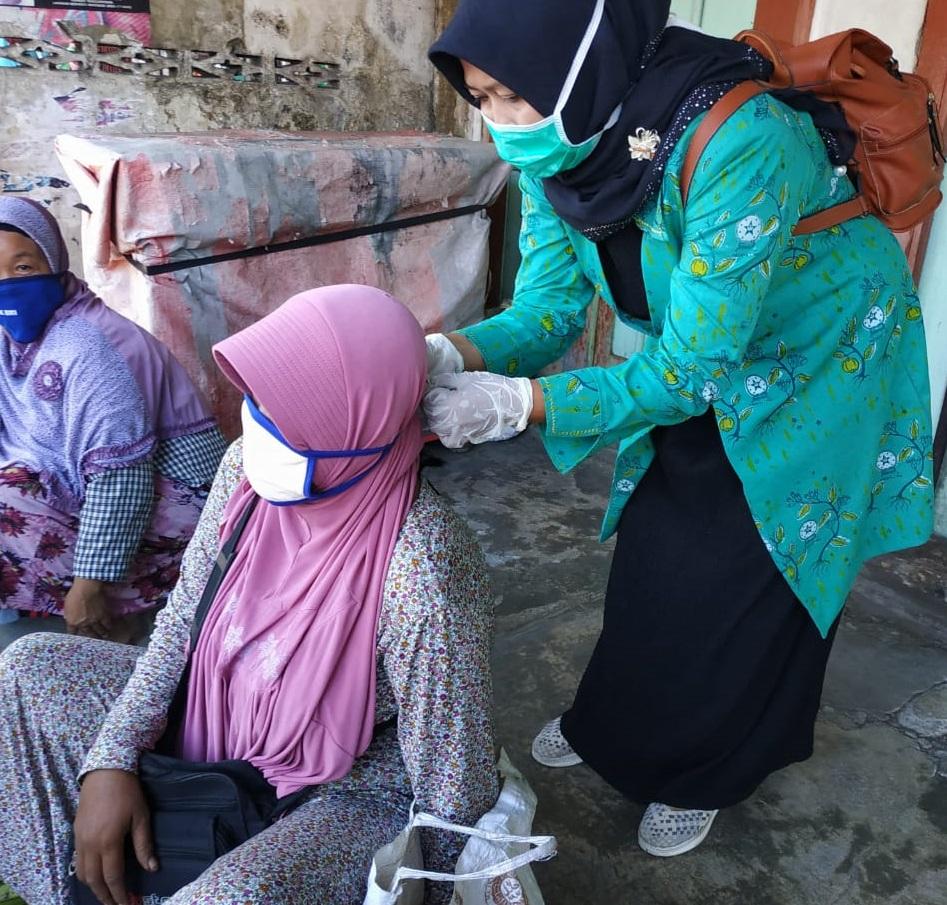aksi peduli covid fatayat nu trenggalek bagi masker