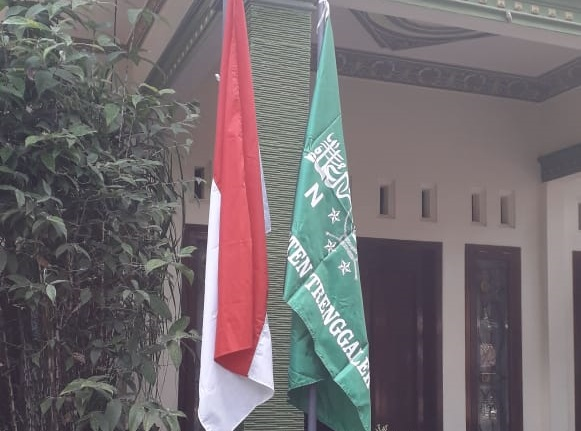 pcnu trenggalelk himbau pengurus dan kader memasang bendera merah putih + nu + baliho dirgahayu hut ri 75