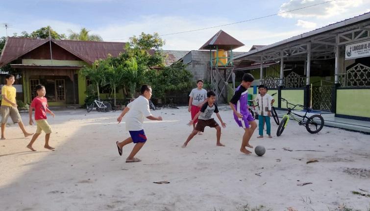 anak bermain di langgar surau mushola
